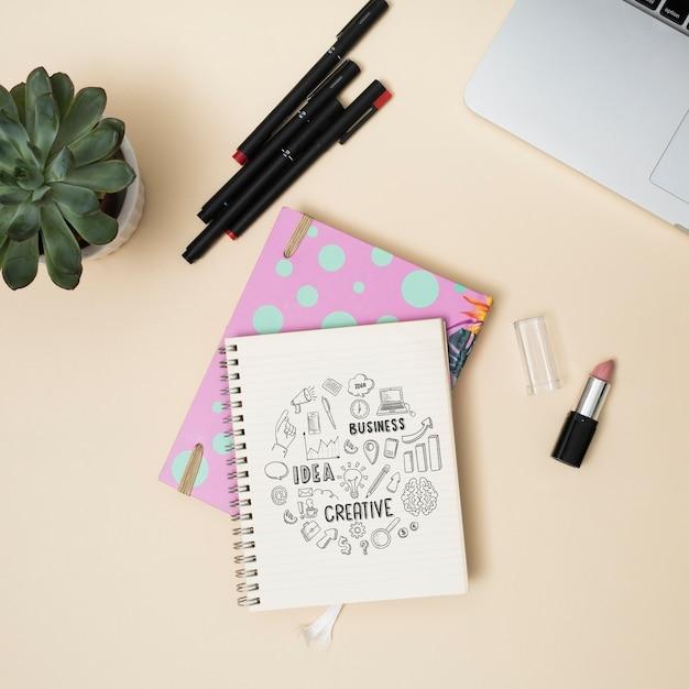Cahier vue de dessus avec stylos Psd gratuit