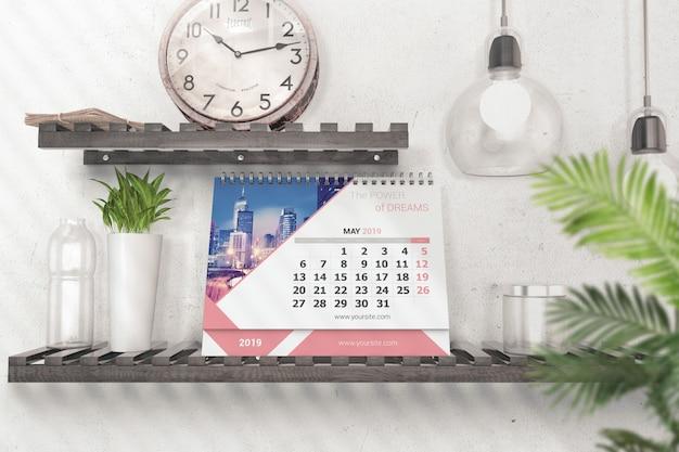 Calendrier de bureau réaliste sur maquette d'étagère PSD Premium