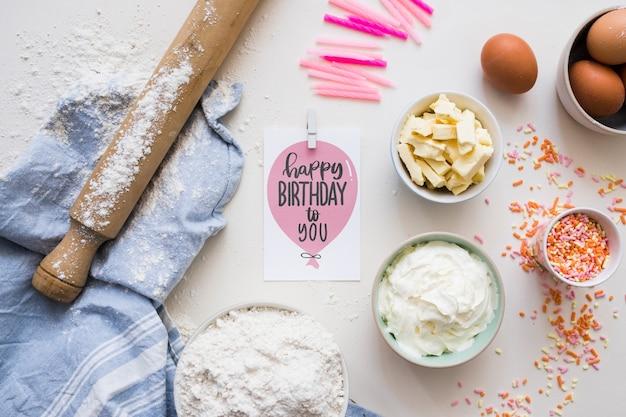 Carte d'anniversaire maquette avec des ingrédients Psd gratuit