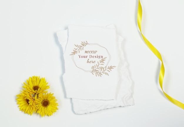 Carte d'invitation avec des fleurs jaunes sur fond blanc PSD Premium