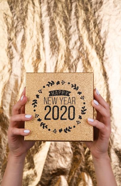 Carte de maquette en bois pour la fête du nouvel an 2020 Psd gratuit