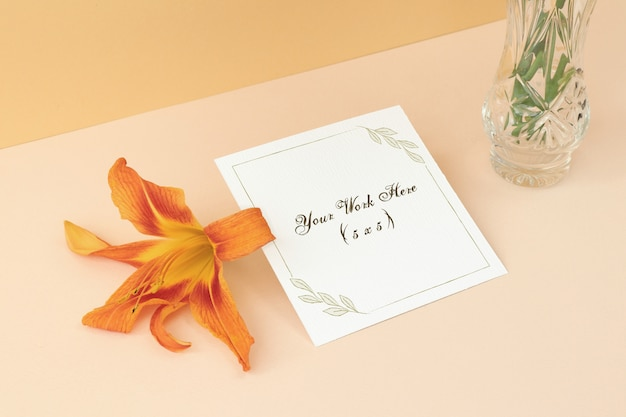 Carte de mariage maquette sur fond beige avec fleur PSD Premium
