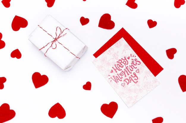 Carte De Saint Valentin Heureuse à Côté De Cadeau Emballé Psd gratuit