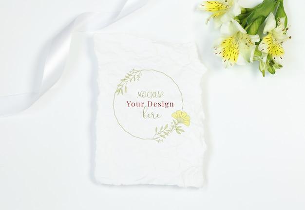 Carte vintage avec des fleurs et ruban sur fond blanc PSD Premium