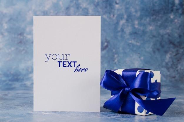 Carte De Voeux Pour La Fête Des Pères Ou L'anniversaire. Coffret Cadeau Avec Du Papier Blanc Vierge PSD Premium