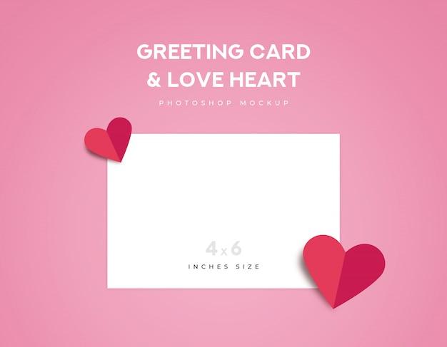 Carte de voeux de taille 4x6 pouces et deux plis en origami de cœur d'amour rouge sur fond rose PSD Premium