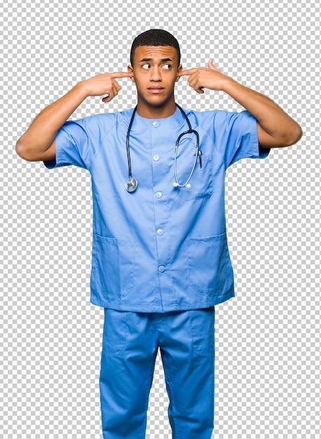 Chirurgien Médecin Homme Couvrant Les Deux Oreilles Avec Les Mains PSD Premium