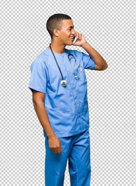 Chirurgien médecin homme entretenant une conversation avec le téléphone mobile PSD Premium