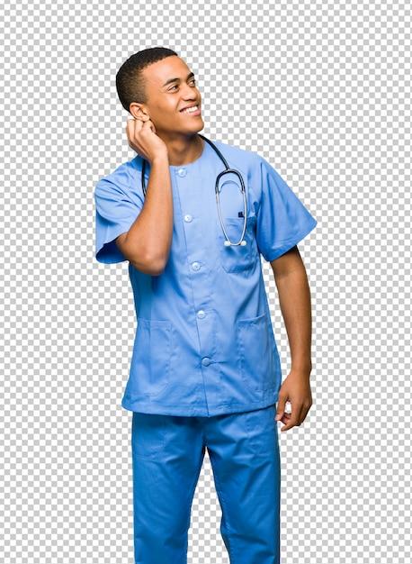 Chirurgien médecin homme pense à une idée tout en se gratter la tête PSD Premium