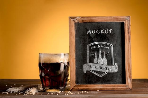Chope de bière noire avec cadre de maquette Psd gratuit