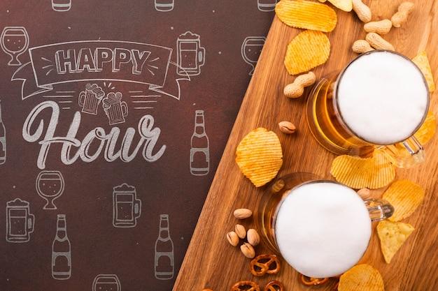 Chopes à bière sur plateau en bois avec chips Psd gratuit