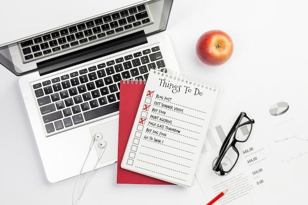 Choses à Faire Concept De Bureau Avec Ordinateur Portable Psd gratuit
