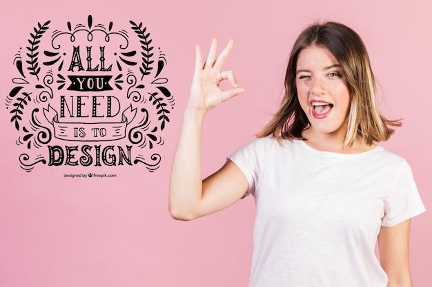 Clignotant jeune femme montrant bien à côté d'une citation positive Psd gratuit