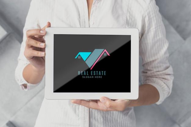 Close-up front view tablet avec de l'immobilier Psd gratuit