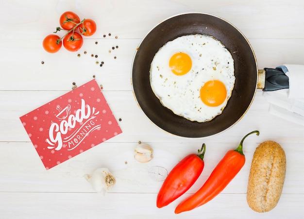 Composition d'œufs au plat du matin avec des ingrédients Psd gratuit