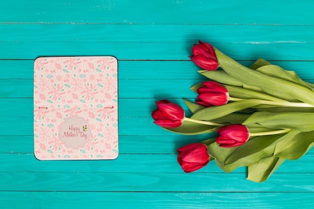 Composition plate de la fête des mères avec une maquette à livre ouvert Psd gratuit