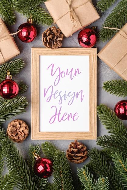 Composition De Vacances De Noël Avec Maquette De Cadre Photo, Boules Rouges, Cadeaux Et Branches De Sapin PSD Premium