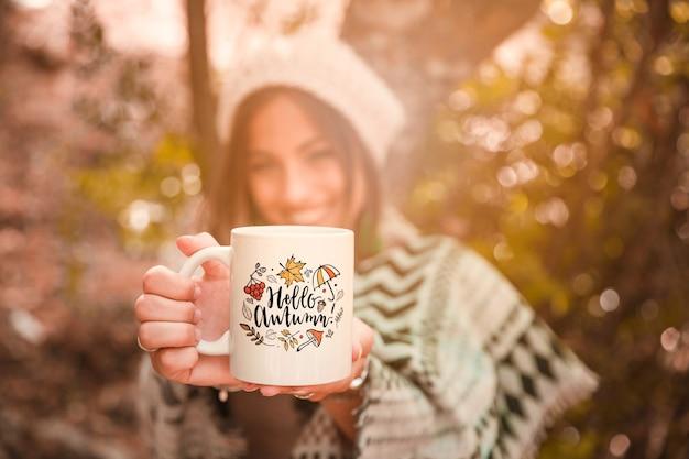 Concept d'automne avec femme tenant la tasse Psd gratuit