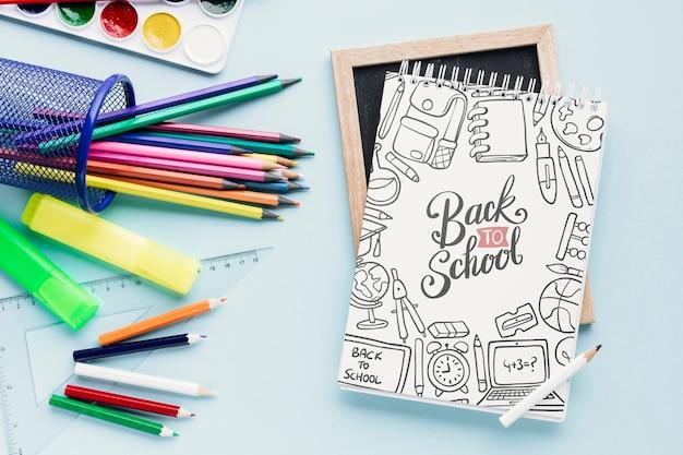 Concept de bureau avec fournitures scolaires Psd gratuit