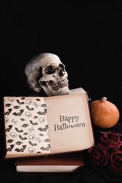 Concept d'halloween avec tête de mort et livre sur fond noir Psd gratuit
