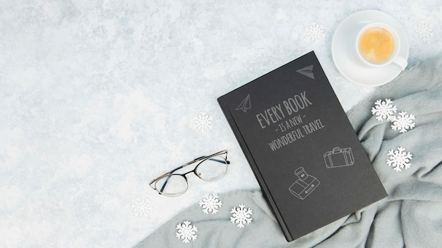 Concept De Livre Minimaliste Avec Des Verres Et Une Tasse De Café Psd gratuit