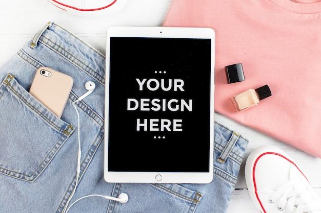 Concept de mode vue de dessus avec la maquette d'écran tablette PSD Premium