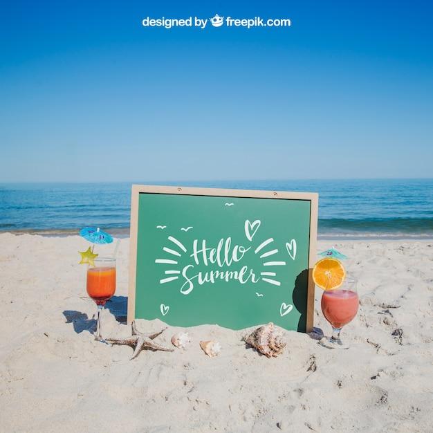 Concept de plage avec ardoise et boissons Psd gratuit