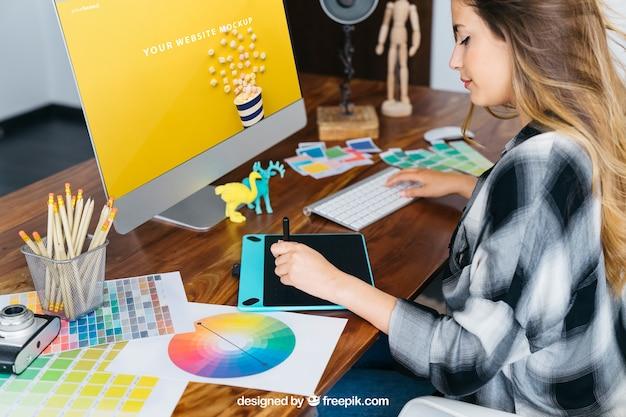 Concepteur Graphique Maquette Avec Fille Psd gratuit