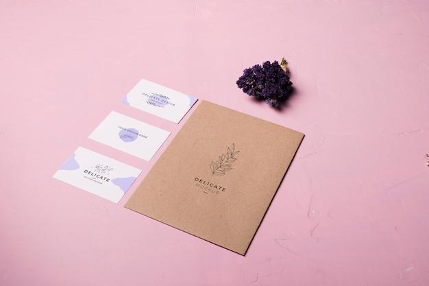 Conception D'enveloppe Sur Fond Rose Psd gratuit