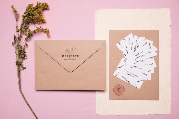Conception D'enveloppe Vue De Dessus Avec Fleur Psd gratuit