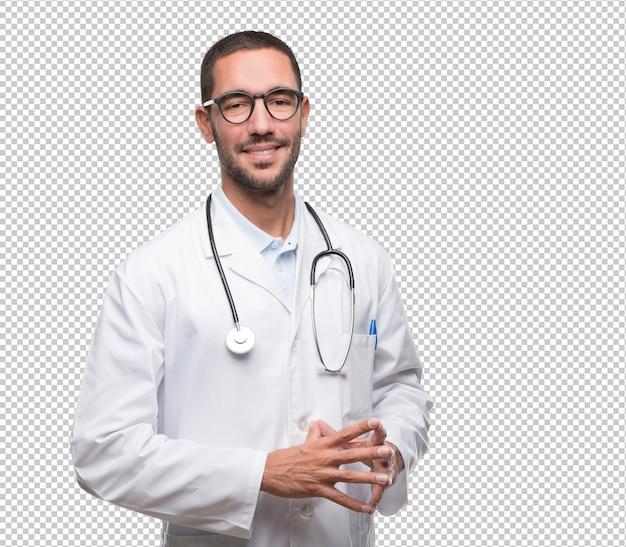 Confiant jeune médecin posant PSD Premium