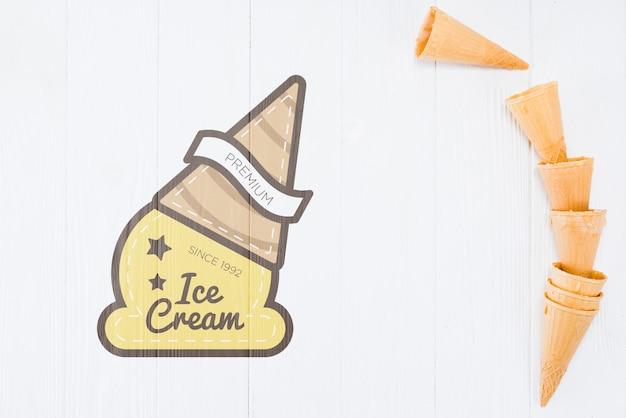 Cornets de glace plat poser avec fond Psd gratuit
