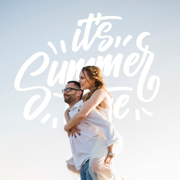 Coup moyen de couple heureux sur le côté Psd gratuit