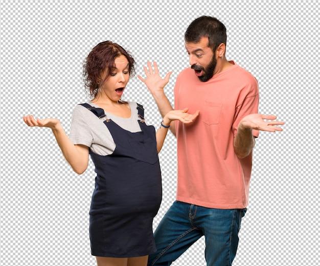 Couple avec une femme enceinte avec une expression de surprise car ne vous attendez pas à ce qui s'est passé PSD Premium