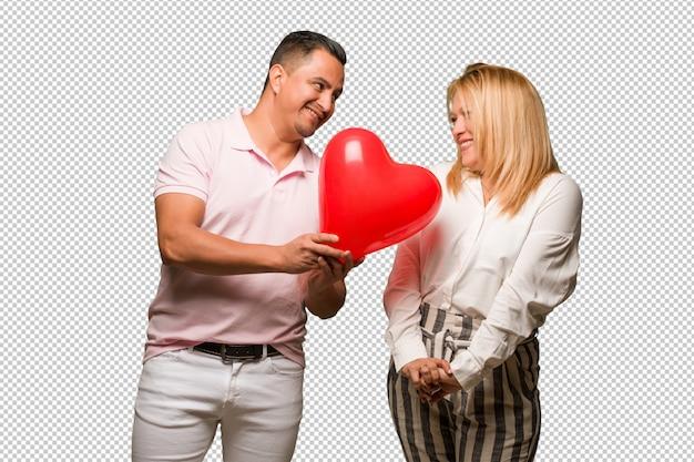 Couple latin âgé célébrant la saint valentin PSD Premium