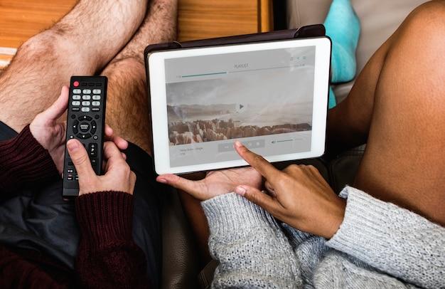 Couple, vérification, playlist musique, sur, tablette Psd gratuit
