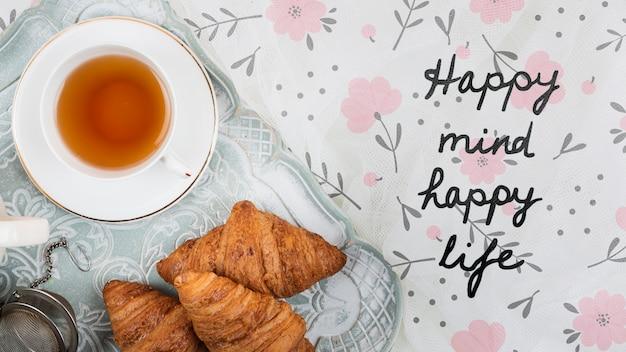Croissants Plats Et Tasse De Thé Psd gratuit