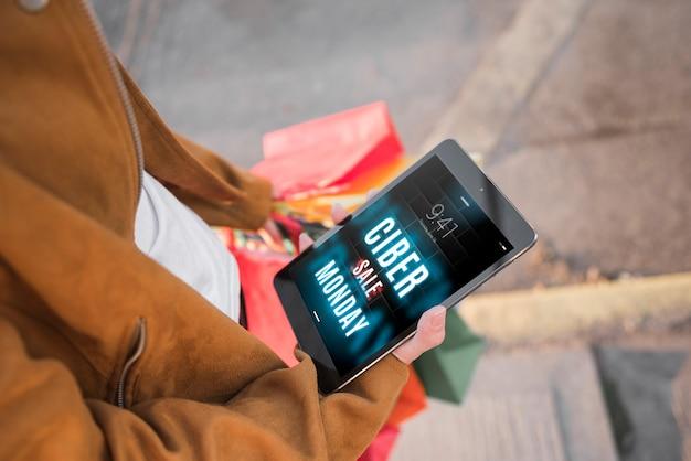 Cyber lundi maquette avec femme tenant une tablette Psd gratuit