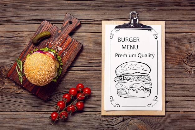 Délicieuses Tomates Et Burger Sur Fond De Bois Psd gratuit