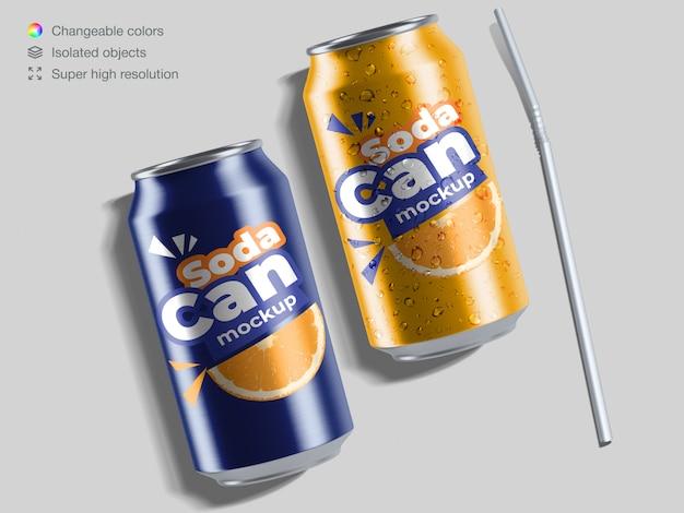 Deux Canettes De Soda En Aluminium Vue De Dessus Réaliste Avec Des Gouttes D'eau Et Un Modèle De Maquette De Paille Cocktail PSD Premium