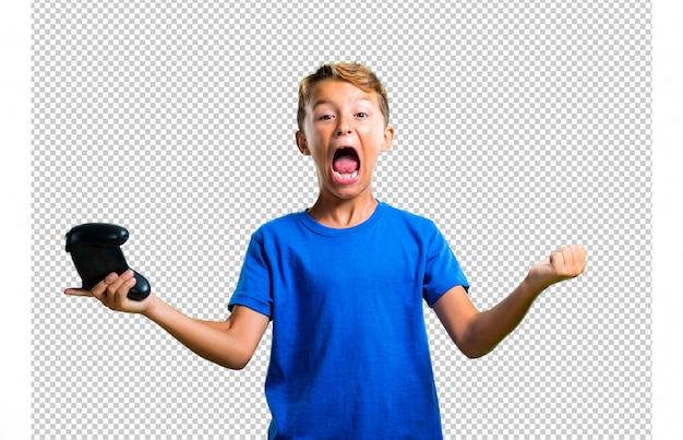 Enfant chanceux jouant de la console PSD Premium