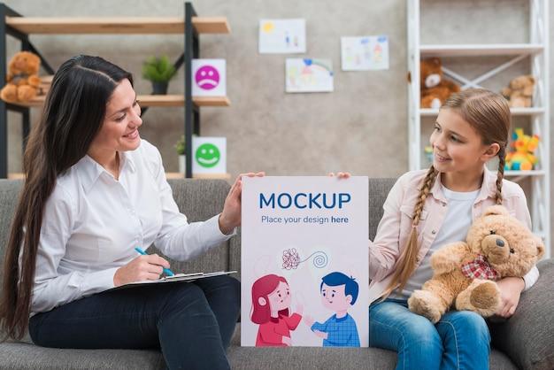 Enfant Et Femme Tenant Un Plan Moyen De Presse-papiers Maquette Psd gratuit