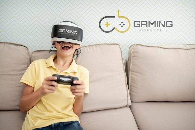 Enfant Heureux, Jouer à Des Jeux à L'intérieur Psd gratuit