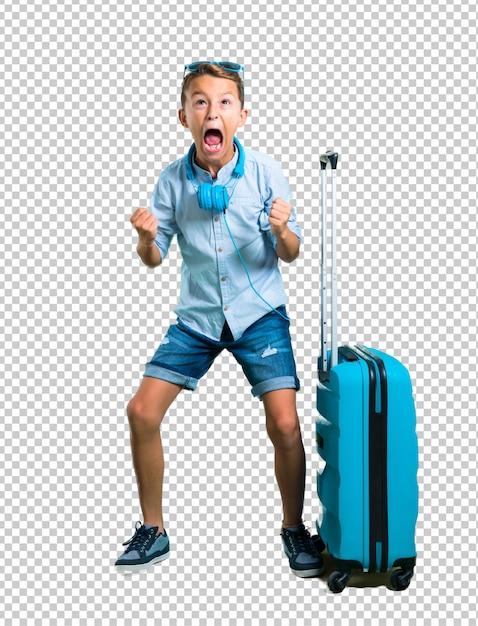 Enfant avec des lunettes de soleil et un casque voyageant avec sa valise agacé énervé, en colère, geste furieux PSD Premium