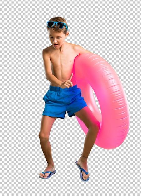 Enfant en vacances, écouter de la musique et danser PSD Premium