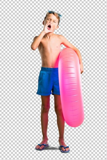 Enfant en vacances d'été criant avec la bouche grande ouverte PSD Premium