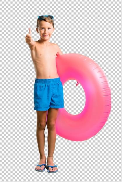 Enfant en vacances d'été donnant un geste du pouce levé et souriant PSD Premium