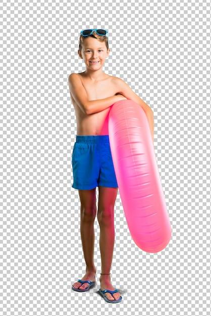 Enfant en vacances d'été en gardant les bras croisés PSD Premium