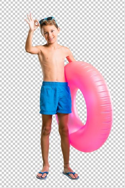 Enfant en vacances d'été montrant un signe ok avec les doigts PSD Premium