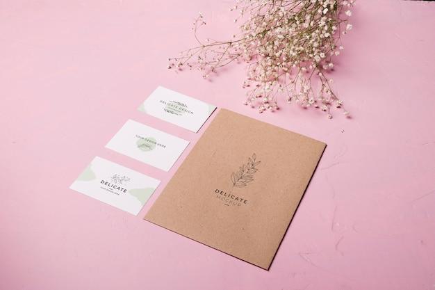 Enveloppe à Angle élevé Et Composition Florale Psd gratuit